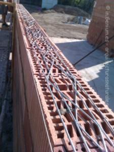 Colocación de la armadura a tendel cada tres hiladas de termoarcilla.