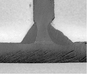 Unión soldada en ángulo de chapa de unos 5 mm, con mordedura considerable en el cordón de uno de los lados